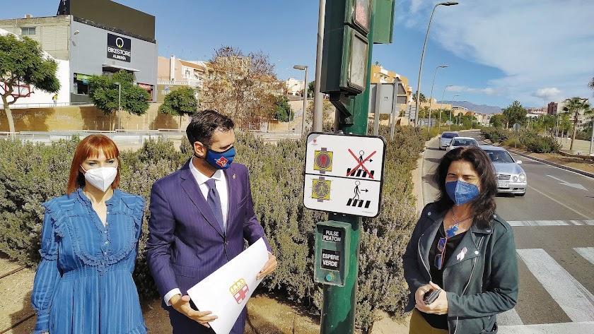 El alcalde junto a las presidentas de Altea y Dárata descubrieron la señalética