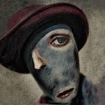 vervormd gezicht met hoed
