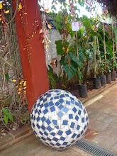 Photo: Uma imensa bola de cerâmica coberta com azulejos. http://celiamartins.blogspot.com/