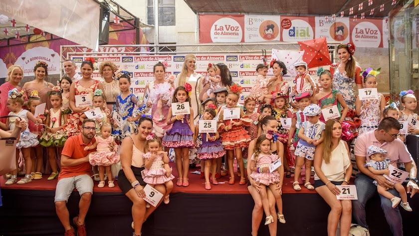 Los 27 participantes en el Concurso de Trajes de Flamenco, en su categoría infantil, posaron con sus familias, el jurado y los organizadores.