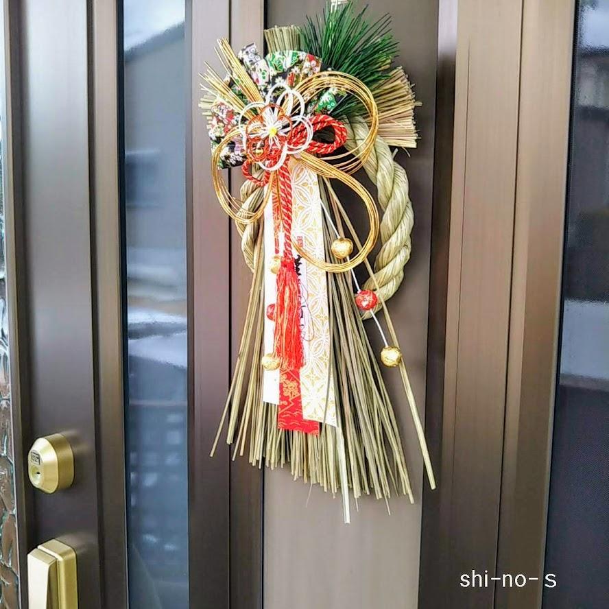 玄関扉のしめ飾り