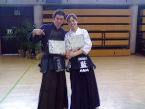 """Photo: Ana posa con su diploma de 'te debo una cerveza hace como tres años' y yo con mi diploma de """"tonto pero tontotonnnto""""."""