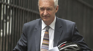 Jon Snow takes salary cut to reduce gender pay gap