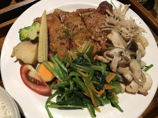 雞腿排很多汁,外皮脆脆的很好吃!喜歡配菜是炒青菜與香菇,份量不少,有前湯與國寶茶,值得試試哦!