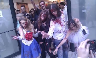 Photo: Un groupe de cosplay zombifié ! Très réussi, même la gestuelle !