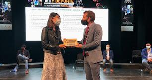 Lorena García recogió el premio de manos de Antonio Huete.