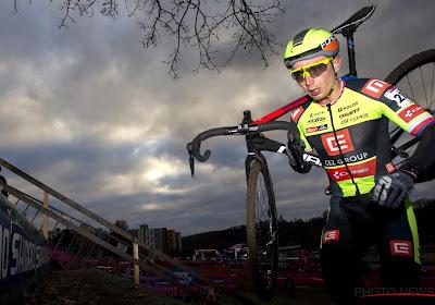 🎥 Boroš voor vierde keer in vijf jaar Tsjechisch kampioen, andere kanshebber breekt voorwiel door boomstam