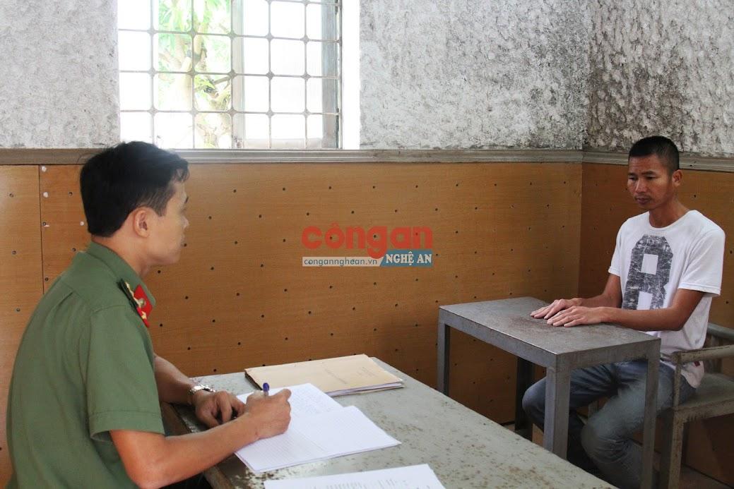 Điều tra viên lấy lời khai của đối tượng Hà Văn Thành