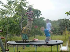 Photo: De buurjongens genieten ook van de trampoline.