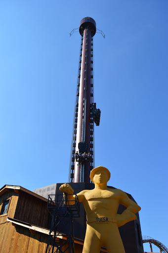 La tour du Golden Driller, haute de 66 mètres attend les plus téméraires d'entre vous pour expérimenter une chute libre vertigineuse à la vitesse de 90 km/h.