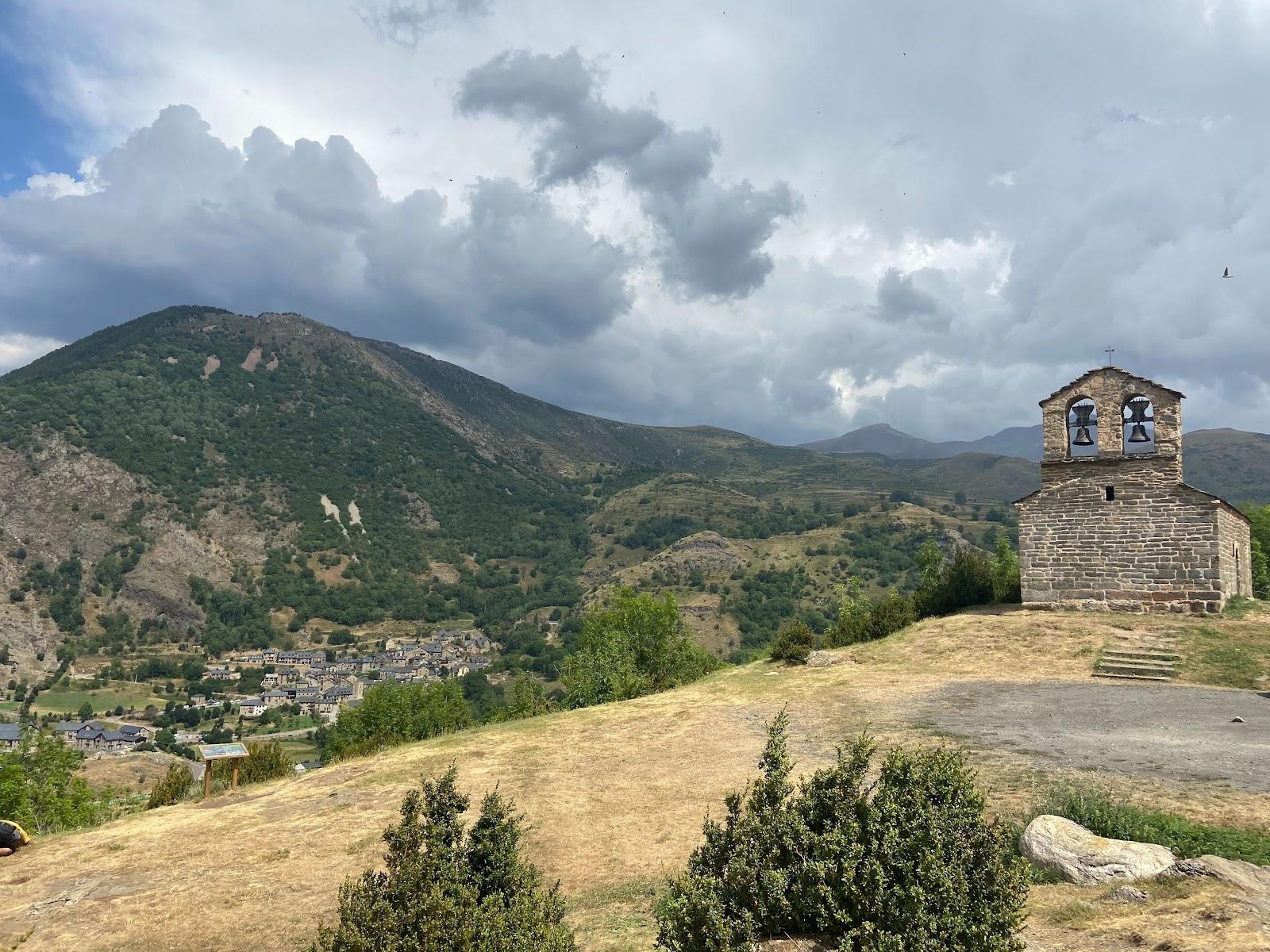 Vistas desde la colina y la ermita Sant Quirze de Durro