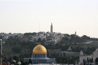 Photo: Vue sur le Dôme du rocher et le Mont des oliviers, d'une classe de collège des soeurs de Saint-Joseph à Jérusalem