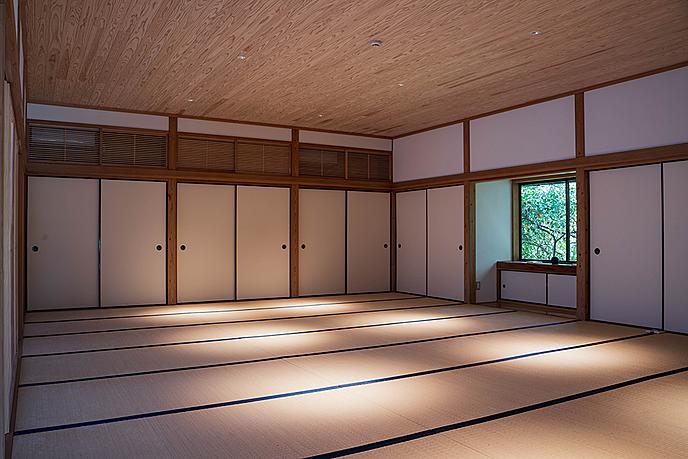 木製床と白い壁がある部屋  低い精度で自動的に生成された説明