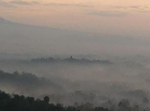 Photo: Templo de Borobudur en la niebla, visto desde Punthuk Setumbu al amanecer.  Yogyakata, Indonesia.  Enero 2014