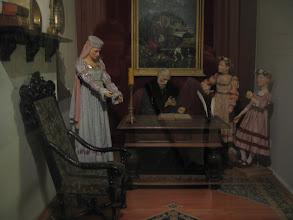 Photo: Jan Kochanowski z żoną i córkami w gabinecie