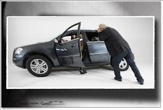 Foto: 2011 11 12 - P 140 B - Gerd probiert den neuen Wagen