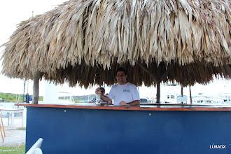 Photo: Lucas LU1FAM sirviendo un trago en el Yacht Club Curazao