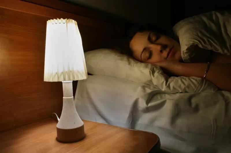 Phụ nữ có nguy cơ bị béo phì và tăng cân nếu bật đèn trong khi ngủ. (Ảnh qua sohu.com)