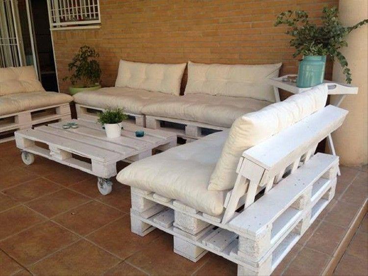 Białe meble z palet wspaniale się prezentują