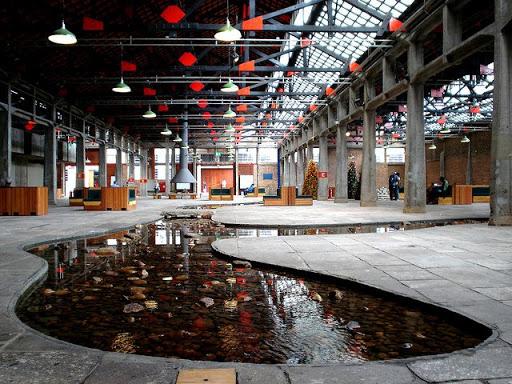 Interior do Sesc Pompeia projetado com um imobiliário que estimula a convivência.
