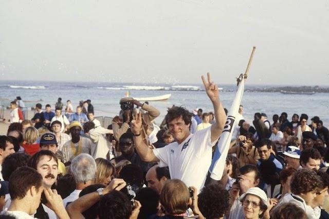 Hubert Auriol celebrando un titulo en las playas de Dakar