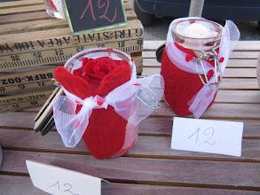 Photo: contenants bocaux avec coeur en laine feutrée rouge. à l'intèrieur une rose éternelle stabilisée  prix 12 euros occasion: saint valentin