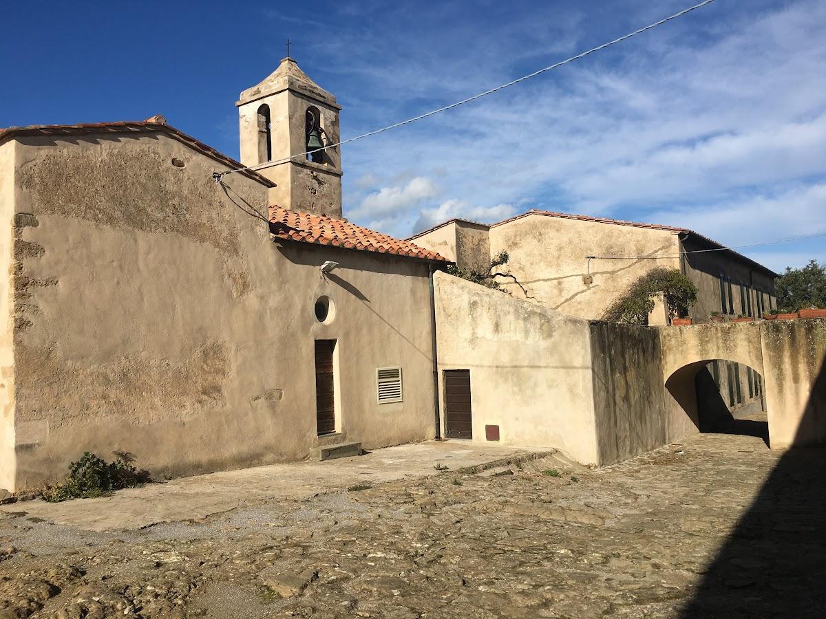 Populonia, nella piazza Curzio Desideri si trova la piccola Chiesa di Santa Croce
