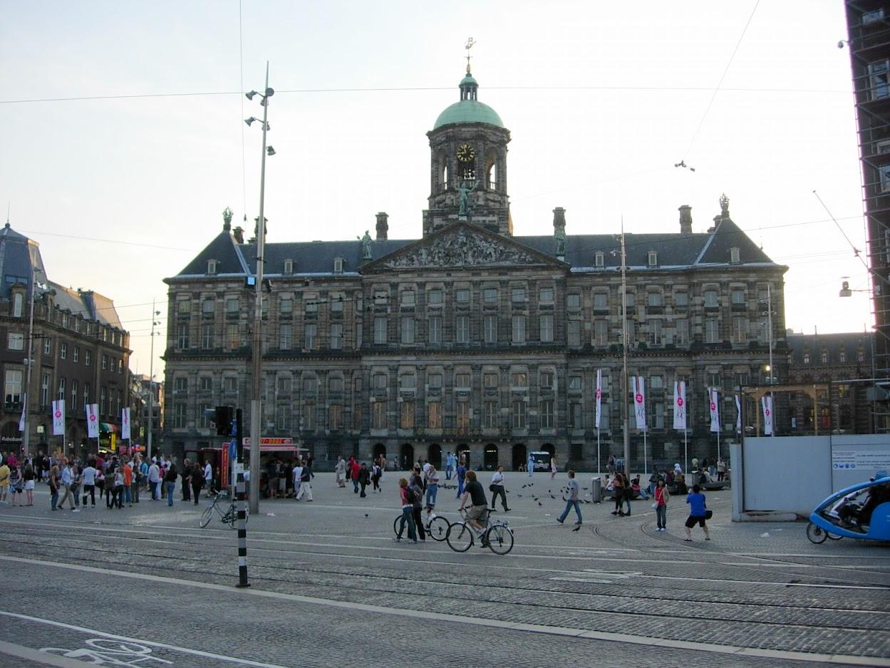 Place du Dam avec le Palais Royal à Amsterdam
