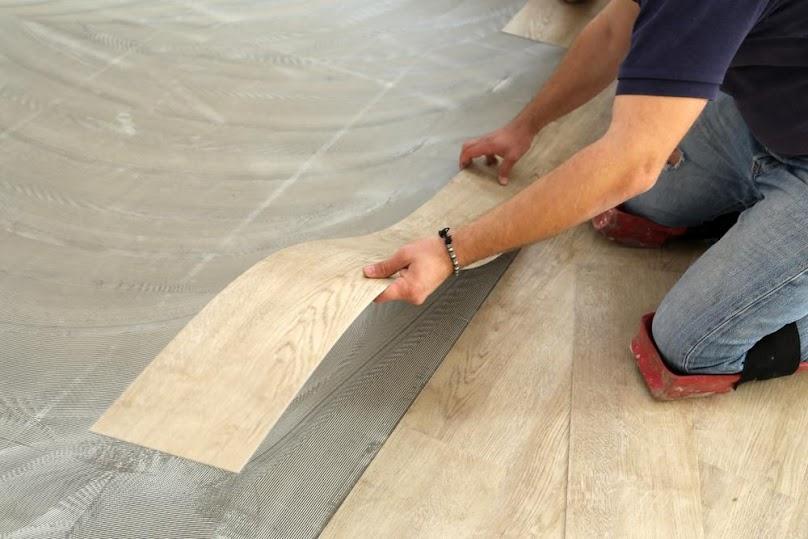 Podczas układania pływającej podłogi z paneli winylowych szczególnie ważna jest precyzyjna praca przy pierwszym rzędzie.
