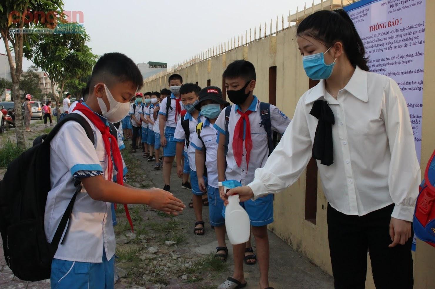 100% học sinh được rửa tay bằng nước sát khuẩn và đo nhiệt độ