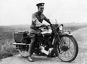 """Photo: Thomas Edward Lawrence e sua motocicleta """"Brough Superior SS100"""". Ele faleceu num acidente fatal em 1935, quando pilotava sua moto e perdeu o controle quando tentou desviar de ciclistas numa estrada."""