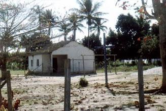 Photo: O lugar do encontro: pátio da escola e da igreja do padroeiro, circundado por moradia e árvores frutíferas. São Jorge, agosto/ 2002