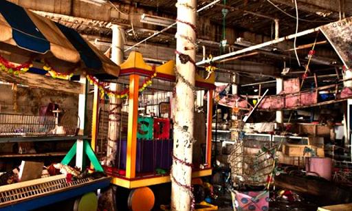 放棄された玩具店や工場のエスケープ