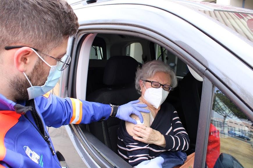 Junto a su esposo, ambos de Serón, María Árias recibió su vacuna.