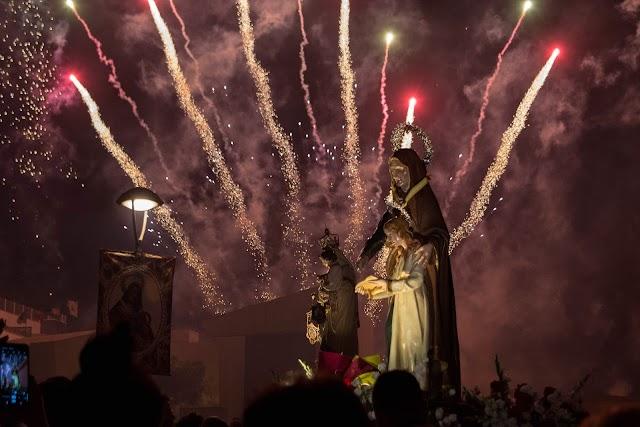 Otro de los momentos destacados de la procesión son los castillos de fuegos.