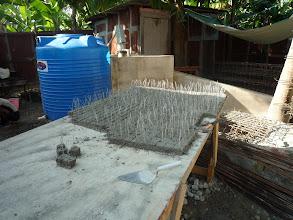 Photo: Préparation des petits cubes de béton servant à maintenir la disance entre les fers et le coffrage