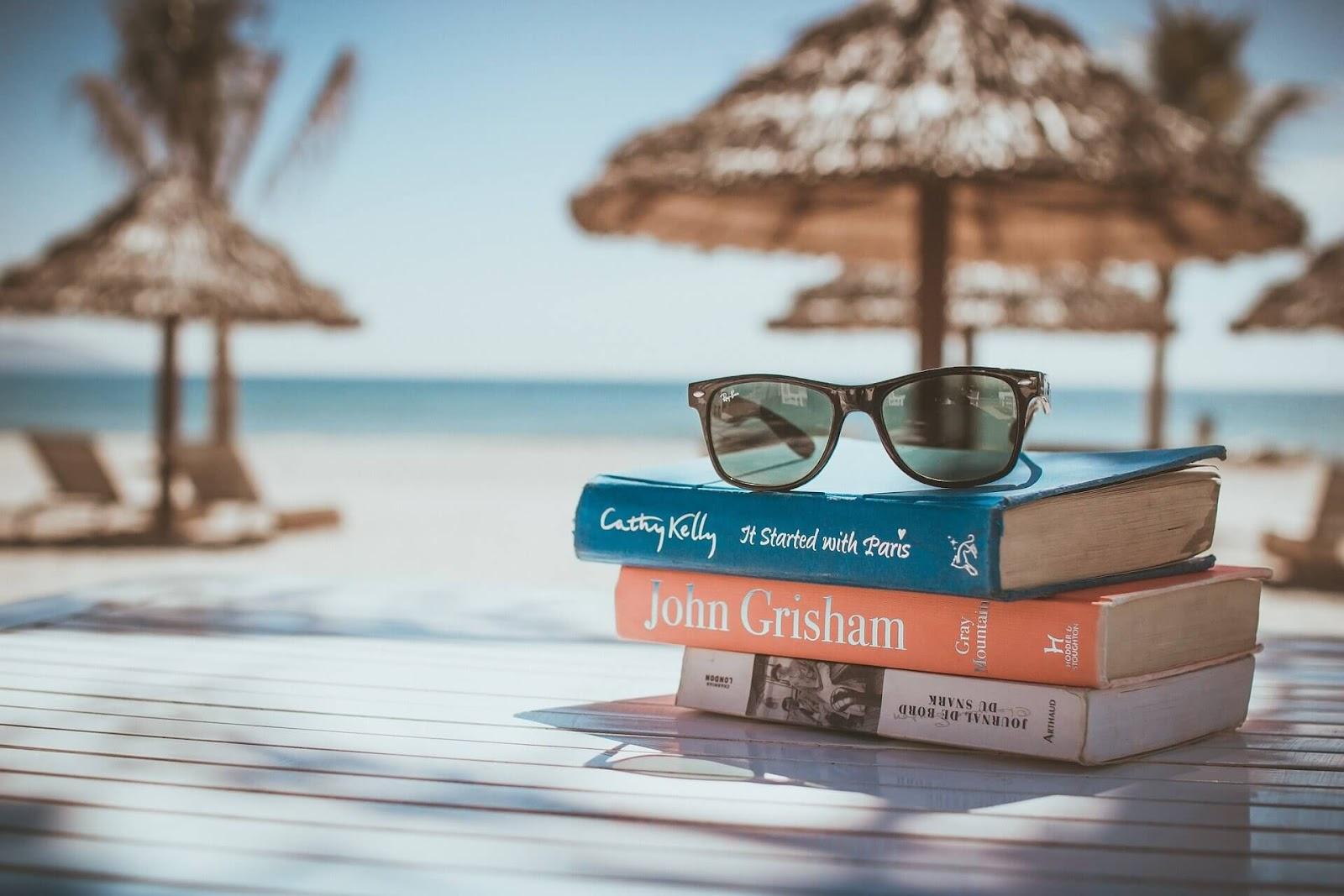 ビーチに置いてある本とメガネ