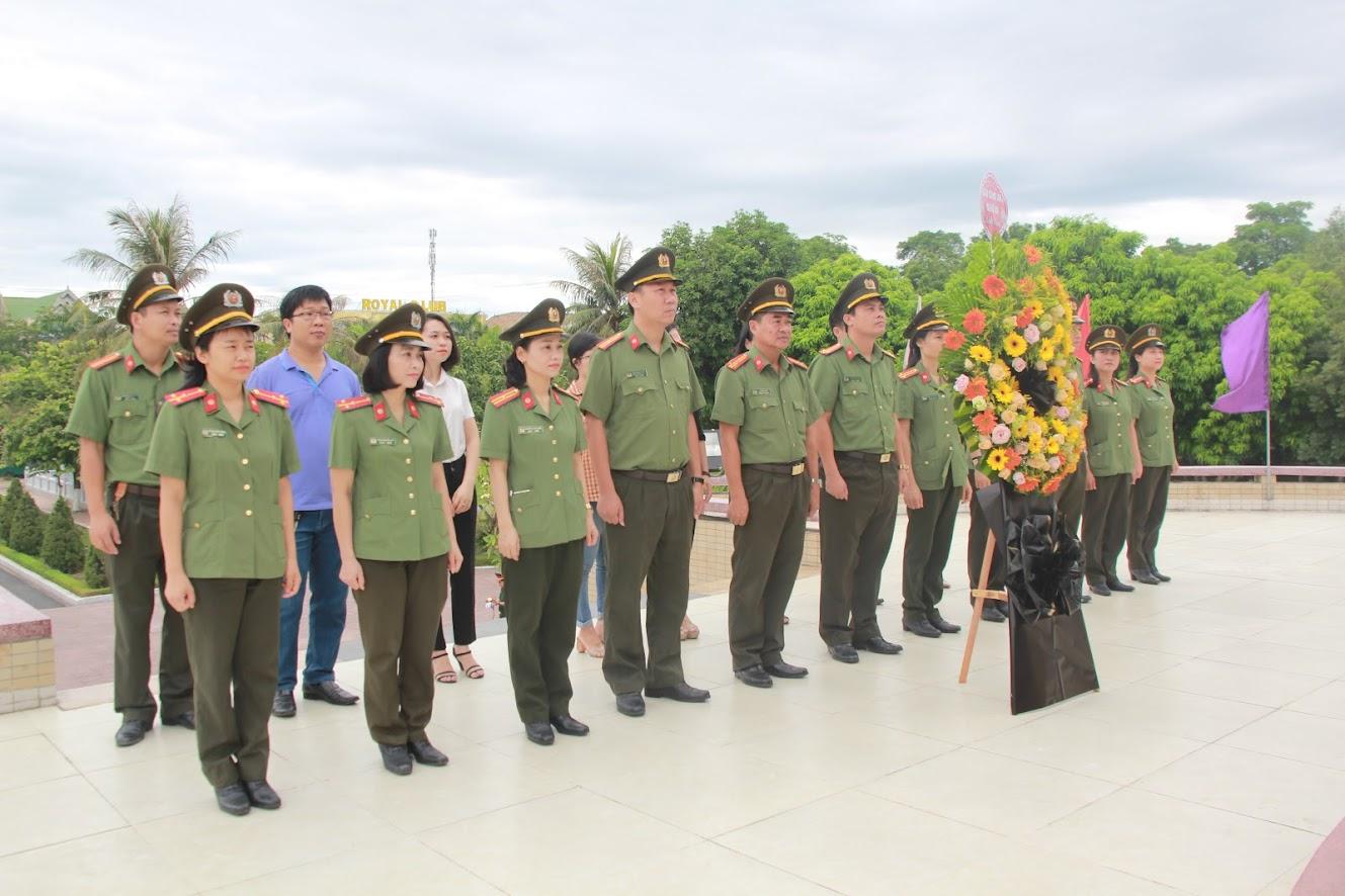 Tập thể lãnh đạo, CBCS Báo Công an Nghệ An dâng hương tại Nghĩa trang Liệt sĩ TP Vinh