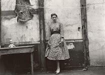 vrouw op haar paasbest in zeer armoedige ruimte
