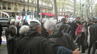 Photo: Nous sommes plus de trente en noir avec des masques blancs, l'accès au ministère est difficile...