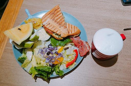 餐點好吃好, 吃不完外帶包裝超細心,水果、生菜、沙拉都有分開裝!好用心阿