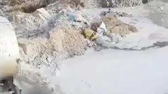 Imagen captada de un vídeo difundido por Adelante Andalucía, de un camión vertiendo un lodo blanco.