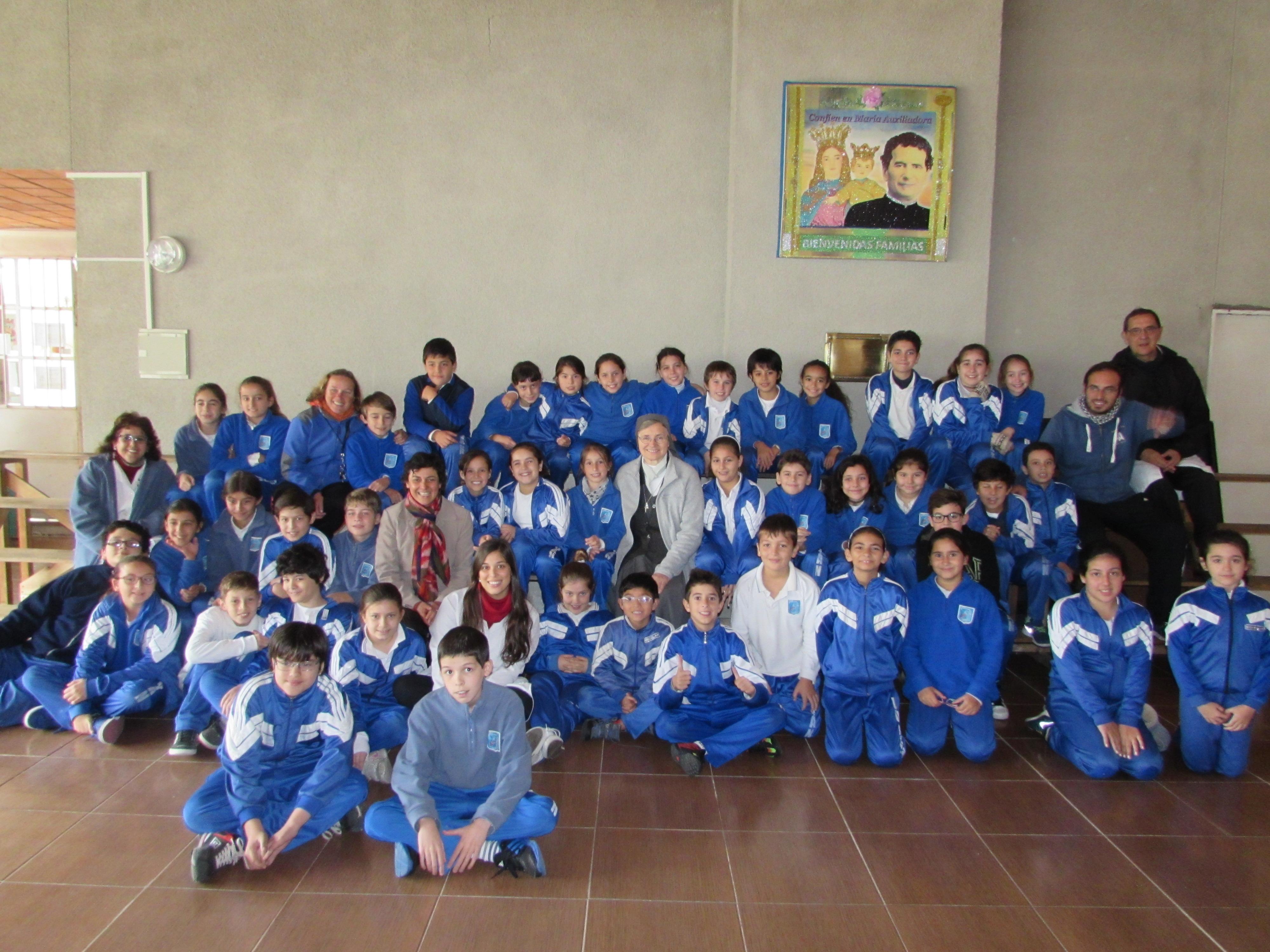 Photo: Primaria la saluda y le canta, invocando a la Patrona del Colegio, la Virgen de Luján. Le regalan tarjetas y mensajes con fotos.