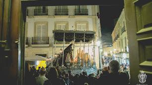 La Virgen del Consuelo, pasando ante la puerta de las Claras. Foto de Dani Pérez para la Hermandad del Silencio.