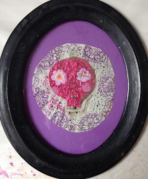 art-contemporain-sophie-lormeau-plasticienne-peinture-acrylique-sur-papier-et-collages-vanite-pink-skull-a-fleurs