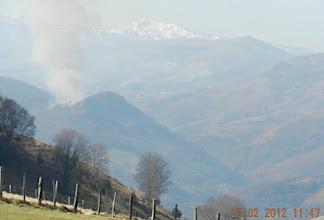 Photo: 11h34- On atteint une cuvette caractéristique par ses arbres morts. Les montagnes sont enneigées vers Izpegui, et la fumée des écobuages s'élève ici et là