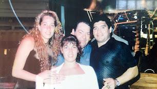 Gabriel Cobos, Diego Maradona y dos asistentas, en Cuba, en el año 2000.
