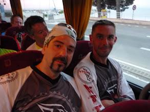 Photo: Dans le bus qui nous monte au Mont Lachens: Les 2 jeunots qui m'accompagnent...