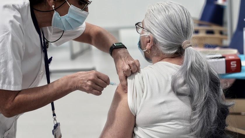 Una mujer es vacunada con AstraZeneca en el hospital Isabel Zendal de Madrid.