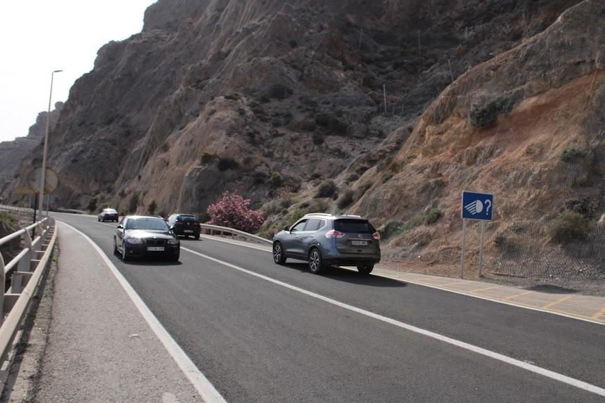 Intenso tráfico de vehículos en ambos sentidos de la carretera de El Cañarete.